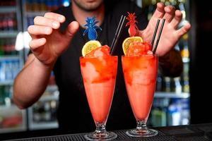 processen att tillverka cocktails i en nattklubb foto