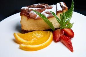ostkaka med jordgubbar