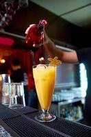 cocktail på bar i nattklubb foto