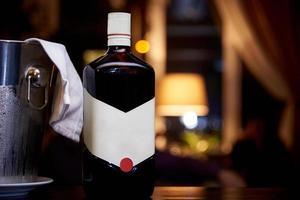 en flaska alkohol på ett bord foto