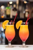 orange cocktails på baren foto