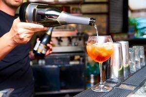 bartender förbereder cocktail foto