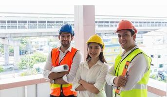 unga ingenjörer som står på en byggarbetsplats foto