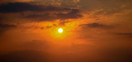 suddig sol och vacker orange himmel foto