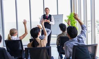 deltagarna höjer sina händer på kontoret foto