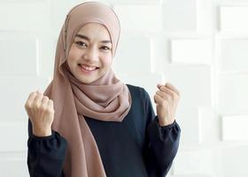 porträtt av ung glad muslimsk kvinna