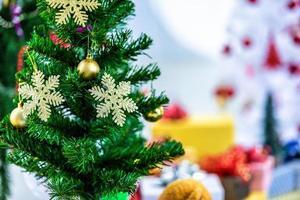 julgran med dekorationer