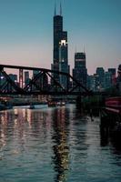 bro och byggnader foto