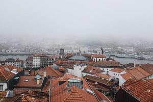 Flygfoto över staden i dimma