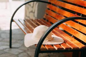 solhatt på bänken foto