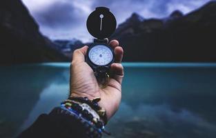 person som håller en kompass foto