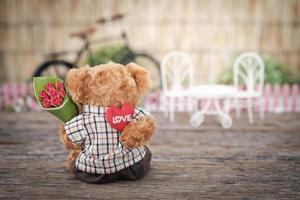 nallebjörn som håller blommor foto