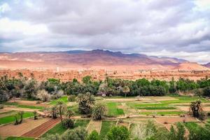 landskapsvy av tinghir stad foto