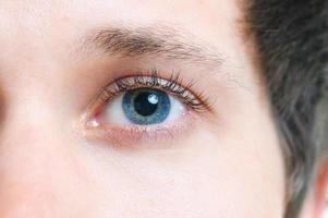 närbild av blått öga foto