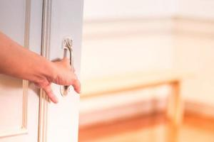 person som öppnar dörren