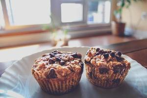 närbild av choklad chip muffins på plattan foto