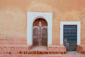 lokala antika marockanska dörrar foto