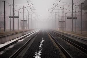 tågspår leder till försvinnande punkt foto