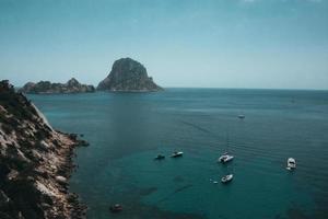 Flygfoto över båtar och öar foto