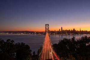 bro över vatten på natten foto