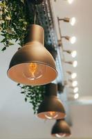 hängande gyllene lampor foto