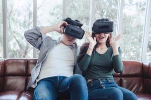 ungt par som tittar på virtuell verklighet tillsammans foto