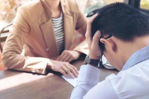 närbild av arbetsgivaren som lämnar uppsägning till anställd foto