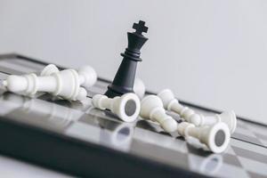 kung på schackbräde foto