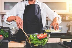 kocken gör en sallad foto