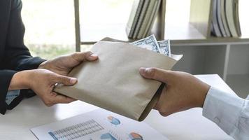 affärskvinna som ger mutor pengar till kollega