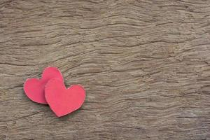 röd hjärtaform på mörkt trä foto