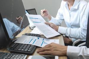 team av aktiemäklare som har en konsultation