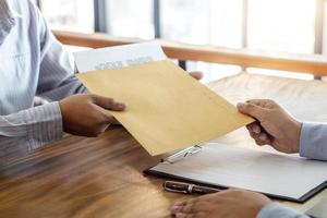 agent mäklare och kund undertecknar kontrakt foto