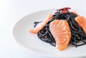 kryddig svart spagetti med lax foto