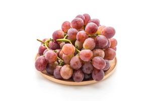 färska druvor på vitt foto