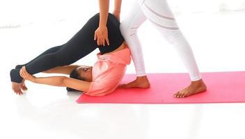 två kvinnor som tränar tillsammans foto