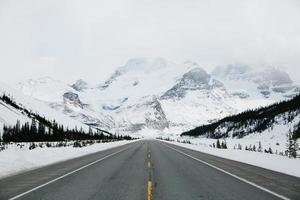 väg som leder in i bergen foto