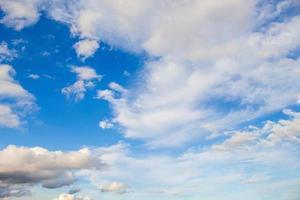 blå himmel och moln foto