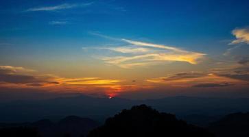 solnedgång över bergen i norra Thailand
