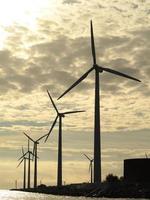 vindkraftverk kraftgenerator gård i havet foto