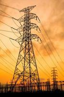 solnedgång över en elektrisk transformatorstation foto