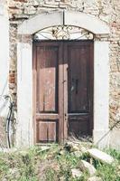 dörr till en byggnad efter jordbävningen i abruzzo, l'aquila