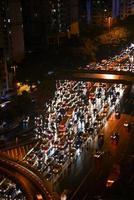 stadskväll trafikstockning foto