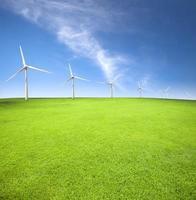 vindkraftverk i ett grönt fält med molnbakgrund foto