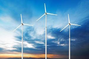 grönt koncept för förnybar energi - vindkraftverk på himmel foto