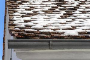 närbild av en ränna vid ett tak. foto