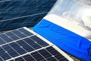 solpaneler i segelbåt. förnybar miljö foto