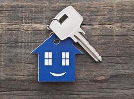 nyckelring figur av huset och nyckel på nära håll foto