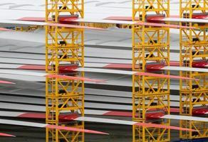 detalj av många rotorblad för vindkraftverk i hamnen