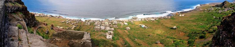 konkreta trappsteg ner till Mosteiros strand foto